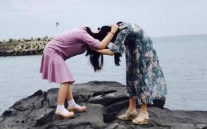 """Quên kiểu thân thiết ngày xưa đi, đây mới chính là cách """"pose"""" thể hiện tình chị em mặn mà như muối biển"""