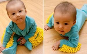 Chẳng cần dọn nhà nhiều, sàn vẫn có thể sạch bong tóc rụng nhờ bộ quần áo cho trẻ tập bò lạ mắt này