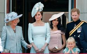 """Sự thật đằng sau bức ảnh Công nương Kate đứng """"lấn át"""" Meghan trong dịp sinh nhật Nữ hoàng Anh"""