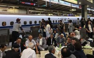 Sự thú vị của Nhật Bản: Tàu siêu tốc lỡ chuyến, du khách liền mở tiệc ngay tại ga