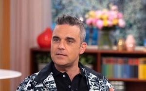"""Robbie Williams lần đầu lên tiếng sau hành động giơ ngón tay """"thối"""" ở lễ khai mạc World Cup 2018"""