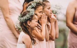 Xem lại ảnh cưới của mình, mẹ bất ngờ xúc động khi thấy con gái 6 tuổi òa khóc nức nở lúc bố mẹ trao lời thề