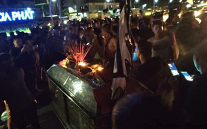 Hưng Yên: Người thân đưa quan tài 2 cô gái trẻ tử vong bất thường đến trạm soát vé và đồn công an tụ tập