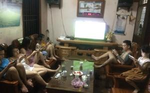 Bức ảnh cả nhà quây quần xem World Cup nhưng không ai nhìn tivi khiến cộng đồng mạng bàn tán xôn xao