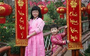 Trẻ nhỏ Hà Nội xúng xính áo dài, được bố mẹ đưa đi chụp ảnh Tết sớm