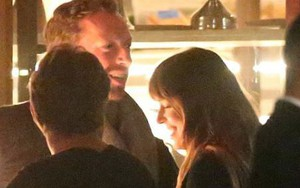 """Mỹ nhân """"50 Sắc Thái"""" công khai hẹn hò trưởng nhóm Coldplay, trở thành cặp đôi quyền lực mới của showbiz"""