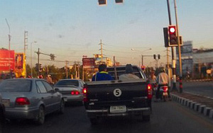 Clip: Xe tải mất lái gây hậu quả nghiêm trọng cho các phương tiện đang chờ đèn đỏ