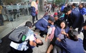 Clip: Sập sàn tòa nhà giao dịch chứng khoán, hàng chục người bị thương
