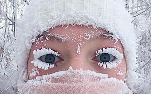 """Lạnh vài độ đã ăn thua gì, ngôi làng này lạnh tới -67 độ C đây: Lông mi đóng băng, cá không có cho vào tủ lạnh cũng """"hóa đá"""""""