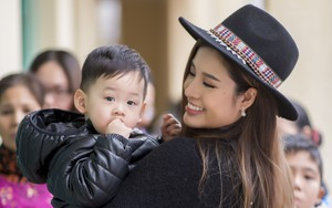 Con trai Hoa hậu Phan Hoàng Thu thích thú khi được cùng mẹ đi từ thiện