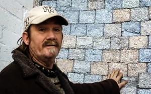 Người đàn ông nghiền nát 1,4 tỷ Euro làm gạch xây nhà