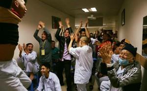 Như quên hết đau ốm, nhiều bệnh nhân nhảy lên sung sướng khi U23 Việt Nam gỡ hòa rồi xuất sắc tiến thẳng vào chung kết