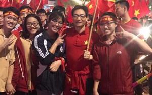 CĐV phấn khích khi bắt gặp Phó Thủ tướng Vũ Đức Đam giản dị xuống phố mừng U23 Việt Nam chiến thắng