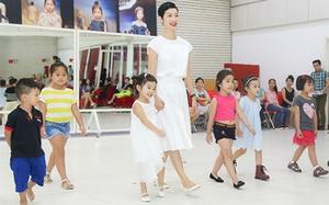 Xuân Lan đưa con gái cưng đi thử trang phục trước thềm Vietnam Junior Fashion Week 2016