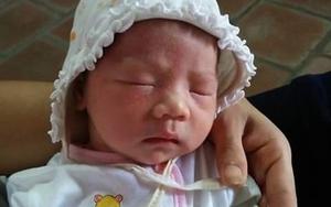 Hà Nội: Một bé gái sơ sinh xinh xắn bị bỏ rơi trước sân chùa
