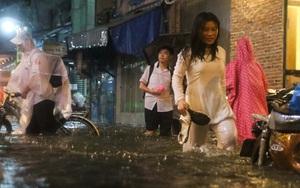 """Sài Gòn mưa ngập, học sinh ướt như """"chuột lột"""", xách dép lần mò lội nước về nhà"""