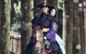 Lộ cảnh Jun Ji Hyun tình tứ ôm eo Lee Min Ho