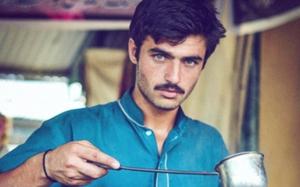 Nhờ đẹp trai, anh bán trà nóng chợ trời bỗng chốc đổi đời thành người mẫu