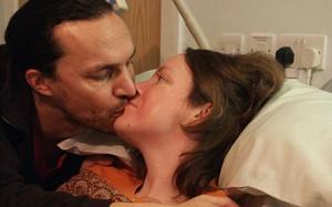 Tâm nguyện kỳ lạ của người vợ dành những ngày cuối đời giúp chồng... lấy vợ mới
