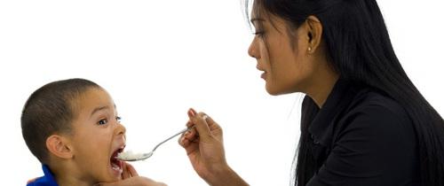 Cứ cho con ăn theo kiểu này, con biếng ăn, suy dinh dưỡng đừng hỏi vì sao
