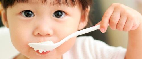 """Tiến sĩ Mỹ bày cách giúp bố mẹ """"trị"""" trẻ ăn chậm, lười uống nước"""