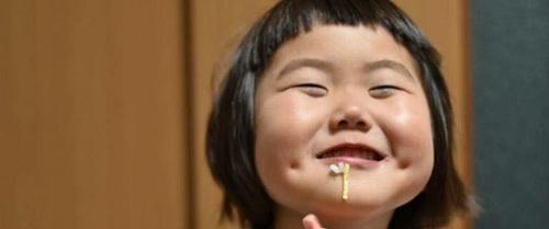 """Bị mẹ """"dìm hàng"""" không thương tiếc nhưng biểu cảm mặt xấu của cô bé 5 tuổi vẫn khiến dân mạng điêu đứng"""