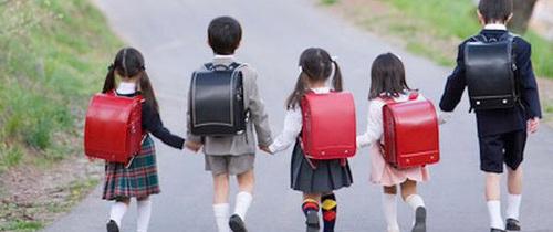 Trẻ em Nhật tự đi bộ tới trường: An toàn hay không?