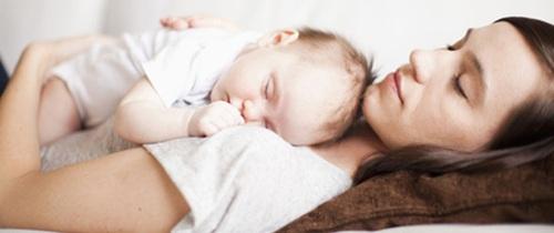 Các mẹ sẽ không bao giờ dám ôm con ngủ nữa khi biết nguy cơ khủng khiếp này