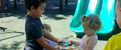 """Bà mẹ làm """"dậy sóng"""" facebook vì dạy con không cần phải chia sẻ đồ chơi với bạn"""