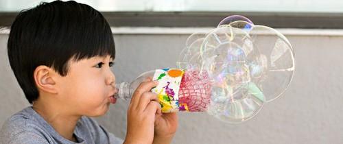 Những món đồ chơi chẳng tốn tiền mua, lại có ngay trong nhà mà đứa trẻ nào cũng mê tít