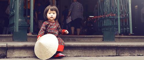 Bé gái Việt trong tà áo dài xuất hiện cực dễ thương trên báo Tây