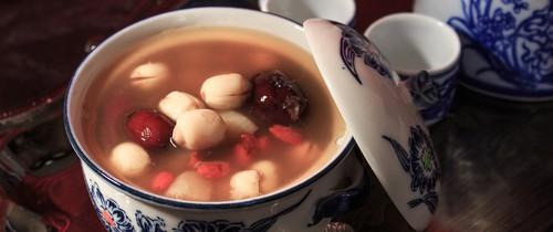 Vào bếp nấu chè hạt sen táo đỏ - món bổ dưỡng cho cơ thể và nhan sắc chế biến lại vô cùng đơn giản
