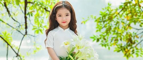Vẻ đẹp mong manh của cô bé Hà Nội bên hoa loa kèn khiến cư dân mạng thổn thức