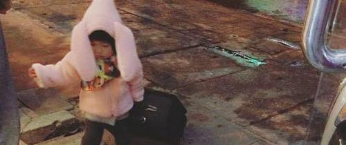 """Nói còn chưa sõi nhưng cô bé 2 tuổi đã nhiều lần xách vali bỏ nhà ra đi với lý do """"Con đi cứu giúp bạn bè"""""""