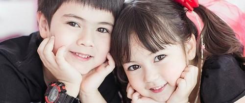 Cặp anh em xinh như thiên thần nhưng khi xem ảnh bố mẹ, mọi người còn ngỡ ngàng hơn