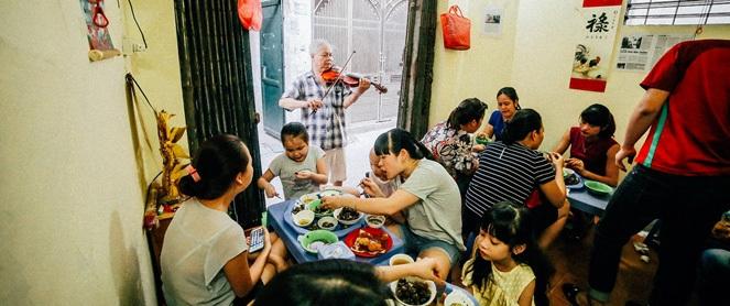 Quán ốc độc đáo Hà Nội: ông chủ tay bưng khay, tay kéo đàn violin, nóng đến mấy vẫn nườm nượp khách