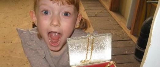 Nhặt được tấm bản đồ rách nát trong nhà, bé gái vỡ òa sung sướng vì phát hiện bất ngờ