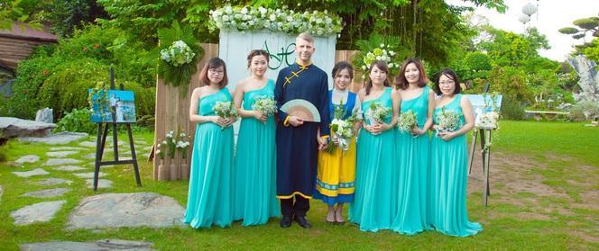 """Chàng rể Thụy Điển tương lai chào bố mẹ vợ là """"chào bờ mi"""" và đám cưới màu xanh bạc hà"""
