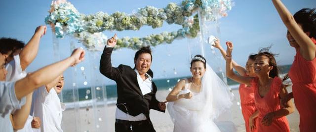 Cặp đôi 14 năm đèo nhau bằng xe máy thay vì xế hộp và hôn lễ kỳ công đẹp long lanh tại biển Phan Thiết
