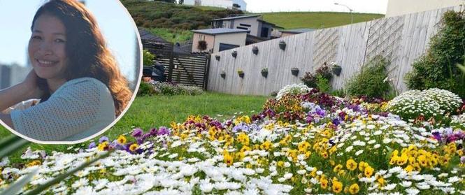 Người phụ nữ Việt tự tay biến khu vườn 700m² đầy cỏ dại thành một thảm hoa cúc dịu dàng