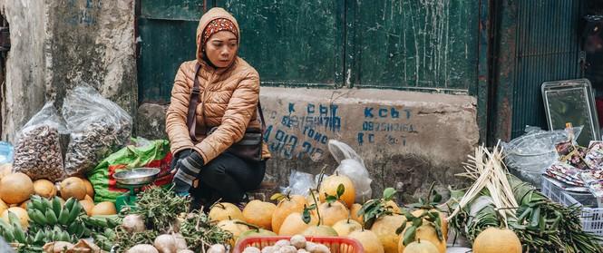 Những ngày Tết phồn hoa, vẫn còn một ngôi chợ cũ xưa thong thả như thời bao cấp giữa lòng Hà Nội