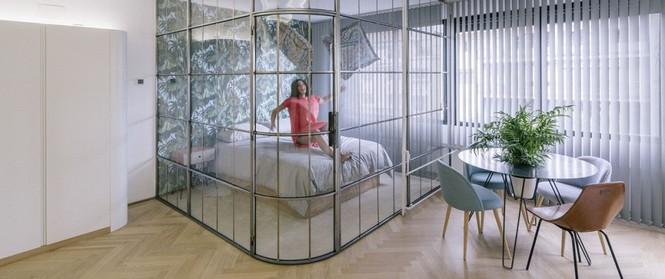 Nhờ ứng dụng tài tình chất liệu kính vào không gian sống, ngôi nhà của cô gái này khiến ai cũng trầm trồ