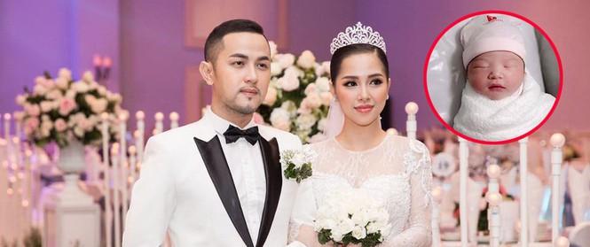 """Trang Pilla chị dâu Bảo Thy đã sinh con gái đầu lòng, Thế Bảo ngọt ngào tuyên bố: """"Có thêm cục vàng, sẽ yêu vợ nhiều hơn 2017"""""""