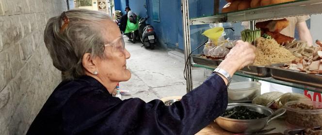 """Xe bánh mì Tư Trầu ngon nức tiếng Sài Gòn: 60 năm vẫn """"bao ghiền"""" bởi vị xíu mại độc quyền"""