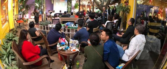 Công sở cổ vũ U23 Việt Nam: Nơi công ty tổ chức hẳn tiệc BBQ, nơi nhân viên tranh thủ xem online khi đang họp hành