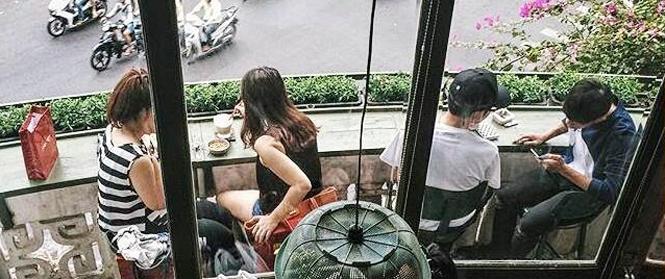 """Lạc vào """"trung tâm thương mại"""" vintage cực chất ở chung cư Lý Tự Trọng, Sài Gòn"""