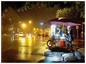 Nhọc nhằn những gánh hàng rong đêm Hà thành mưa giông