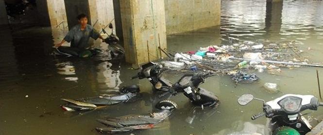 """Sau trận mưa lớn lịch sử, dân vẫn khổ sở chờ """"cứu"""" xe máy bị ngập sâu trong hầm đầy nước"""