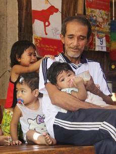 Xót cảnh ông ngoại già yếu, tay bồng tay bế 5 đứa cháu khóc thét vì khát sữa trong lúc đợi bà ngoại đi bán vé số về