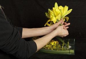 Cách cắm bình hoa đơn sắc giản dị mà tinh tế 6
